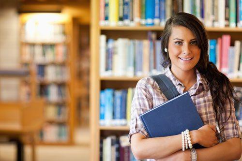 תמונה של סטודנטית מחזיקה ספר