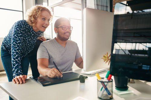 תמונה של שני אנשים מסתכלים על מסך מחשב